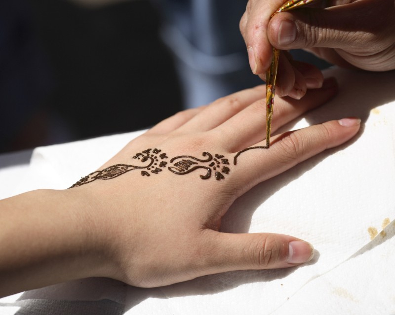 Henna Tattoos: Drawing on Your Spouse Is Fun and Sexy 1